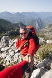 Randonneur se tenant sur la montagne avec la vallée sur le fond Photo stock