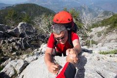 Randonneur se tenant sur la montagne avec la vallée sur le fond Photos libres de droits