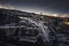 Randonneur seul en montagnes de Sylan Flot circulant de montagne images stock