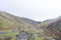 Randonneur sur les montagnes dans le secteur de lac, Angleterre Photographie stock