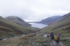 Randonneur sur les montagnes dans le secteur de lac, Angleterre Photo libre de droits