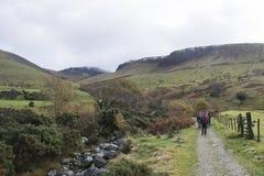 Randonneur sur les montagnes dans le secteur de lac, Angleterre Images stock