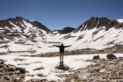 Randonneur sur Muir Pass, parc national des Rois Canyon, la Californie photos libres de droits