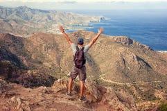 Randonneur sur un dessus d'une montagne appréciant la vue l'espagne Vue o photo libre de droits