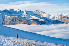 Randonneur trimardant sur la neige sur les Alpes Vue arrière, mode de vie d'hiver, sentiment froid, paysage majestueux de montagn Images libres de droits