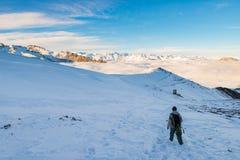 Randonneur trimardant sur la neige sur les Alpes Vue arrière, mode de vie d'hiver, sentiment froid, paysage majestueux de montagn Photo stock
