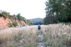 Randonneur voyageant près de la rivière photos libres de droits
