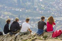 Randonneurs appréciant le panorama de ville Photos stock