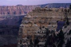 Randonneurs au point de vue de l'hublot de l'ange, RIM du nord de stationnement national de gorge grande, Arizona Photographie stock