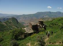 Randonneurs aux ruines médiévales d'église Photos libres de droits