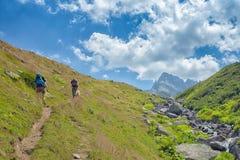 randonneurs avec de grands sacs à dos augmentant sur la montagne Kackarlar photographie stock