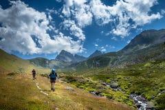 randonneurs avec de grands sacs à dos augmentant sur la montagne Kackarlar photos libres de droits