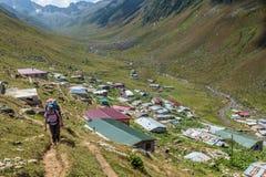randonneurs avec de grands sacs à dos augmentant sur la montagne Kackarlar photographie stock libre de droits