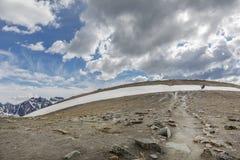 Randonneurs croisant une bande de neige - jaspe NP, Canada Photos stock