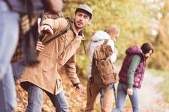 Randonneurs d'amis dans la forêt d'automne Photographie stock