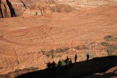 Randonneurs d'ombre sur la roche rouge Images libres de droits