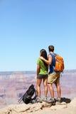 Randonneurs dans Grand Canyon augmentant des couples Photos stock