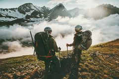 Randonneurs de couples appréciant la vue de nuages de montagnes Photo libre de droits