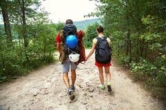 Randonneurs de couples dans la forêt Photo stock