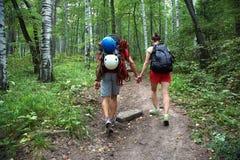 Randonneurs de couples dans la forêt Photos libres de droits