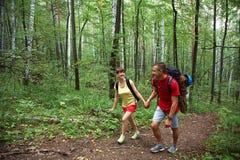 Randonneurs de couples dans la forêt Photographie stock libre de droits