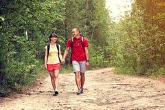 Randonneurs de couples dans la forêt Photos stock