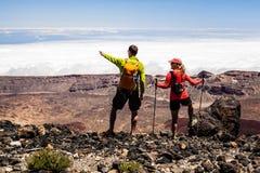 Randonneurs de couples en hautes montagnes Images libres de droits