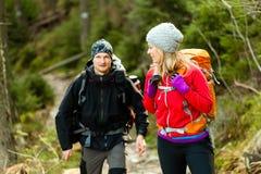 Randonneurs de couples en montagnes Image libre de droits