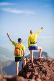 Randonneurs de couples ou coureurs de traînée en montagnes Photo stock