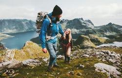 Randonneurs de couples trimardant en montagnes de la Norvège Photographie stock