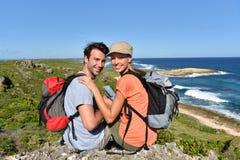 Randonneurs en voyage appréciant la vue sur des îles Photo stock