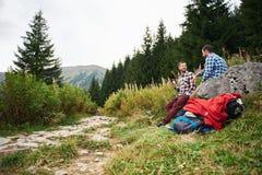 Randonneurs faisant une pause tandis que trekking dans la région sauvage Image stock
