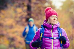 Randonneurs heureux de couples marchant dans la forêt d'automne Photos libres de droits