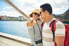 Randonneurs heureux prenant un selfie en vacances Photos stock