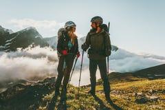 Randonneurs homme et femme de couples de voyage trimardant en montagnes Photo libre de droits