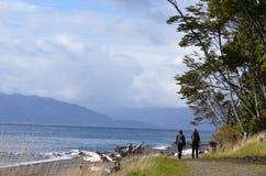 Randonneurs le long de la côte Photographie stock libre de droits