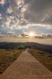 Randonneurs marchant sur une montagne au coucher du soleil Photo stock