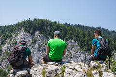 Randonneurs masculins sur la falaise de montagne Image libre de droits