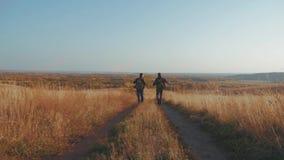 Randonneurs masculins trimardant dans l'aventure de montagne Le voyage de couples de randonneur apprécient le paysage scénique de clips vidéos