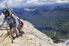 Randonneurs près du sommet de la montagne de Zugspitze images libres de droits