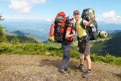 Randonneurs prenant le selfie de montagne Photographie stock