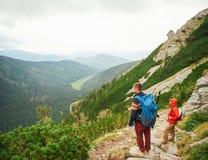 Randonneurs rentrant la vue d'une traînée de montagne rocailleuse Photo stock