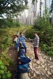 Randonneurs se reposant pendant une hausse dans la forêt Photographie stock libre de droits