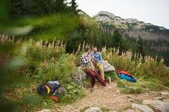Randonneurs se reposant tandis que trekking dans la région sauvage Image stock