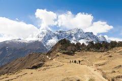Randonneurs sur le chemin au camp de base d'Everest, au beau temps ensoleillé et aux vues spectaculaires Photo stock