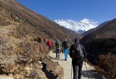 Randonneurs sur le chemin au camp de base d'Everest, au beau temps ensoleillé et aux vues spectaculaires Image libre de droits