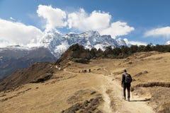 Randonneurs sur le chemin au camp de base d'Everest, au beau temps ensoleillé et aux vues spectaculaires Image stock