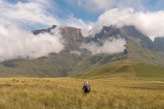 Randonneurs sur le chemin de découpe au-dessus de Van Heiningen Pass, Injisuthi Image libre de droits