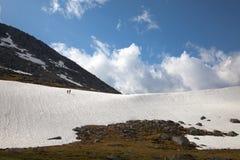 Randonneurs sur le passage de montagne Photo stock