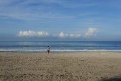 Ranek ćwiczy dla zdrowie na plaży Koncentracja i spokój zdjęcia stock